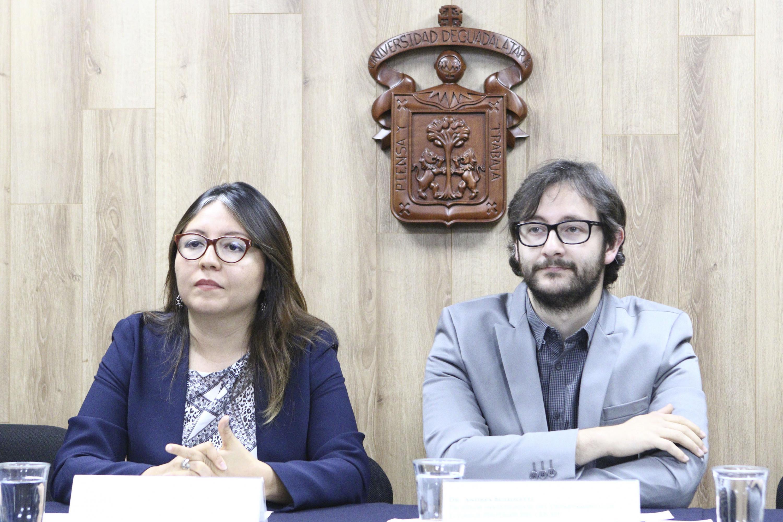 Doctora Mónica Montaño Reyes, académica y miembro del observatorio; y doctor Andrea Buzzoleti, investigador del Departamento de Estudios Políticos del CUCSH