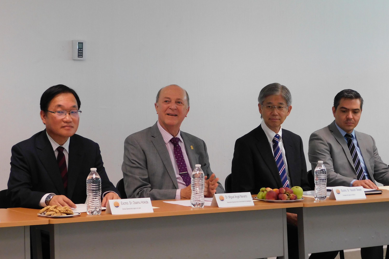 Doctor Miguel Ángel Navarro Navarro, Vicerrector Ejecutivo de esta Casa de Estudio y el Embajador de Japón en México, el Excmo. señor Yasushi Takase.