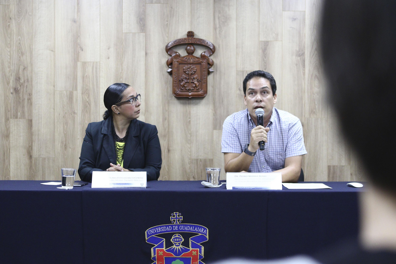 Doctor Pedro Medina Rosas, profesor investigador del Departamento de Ciencias Biológicas del CUCosta, y responsable del proyecto, haciendo uso de la palabra durante rueda de prensa.
