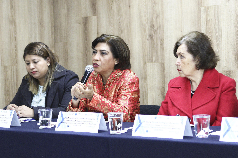 María Guadalupe García Villagrán, Coordinadora del Módulo de Trabajo Social del Congreso Internacional Avances en Medicina, con micrófono en mano haciendo uso de la palabra.