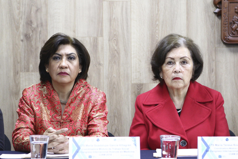 María Guadalupe García Villagrán, Coordinadora del Módulo de Trabajo Social del Congreso Internacional Avances en Medicina 2018 y la Trabajadora Social María Teresa Rodríguez Gutiérrez, presentes en la rueda de prensa.