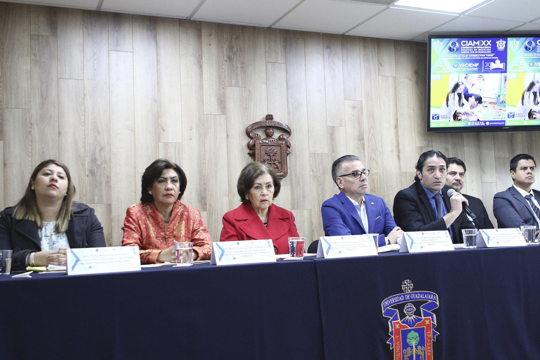 Doctor Héctor Velázquez Santana, Coordinador del módulo de Neurocirugía en el adulto mayor, con micrófono en mano, haciendo uso de la palabra, durante rueda de prensa.