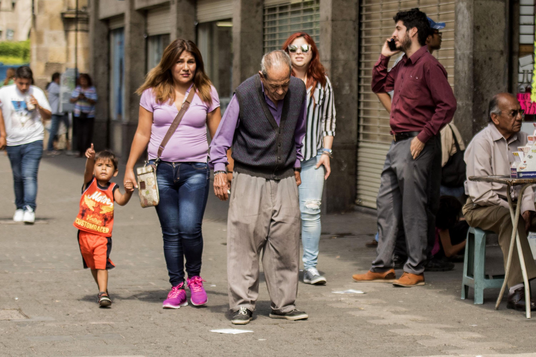 Adulto mayor, caminando por una de las calles del centro de la ciudad