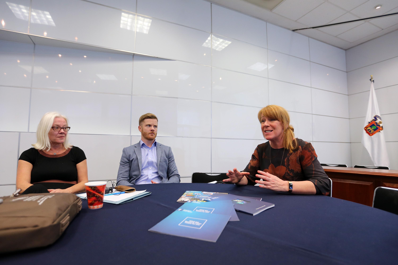 Los tres académicos de la Universidad de Nottingham en la sala de gobierno de CUCEA