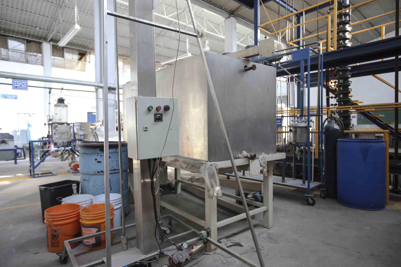 El dispostivo de descontaminación tiene controles y un contenedor de aproximados 3.6 metros cúbicos
