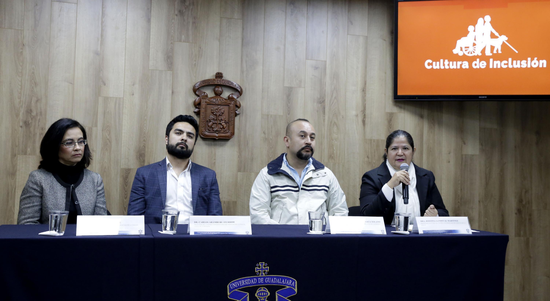 Profesora invitada al Centro Universitario de Ciencias de la Salud, doctora Josefina Sandoval Martínez, participando en rueda de prensa.