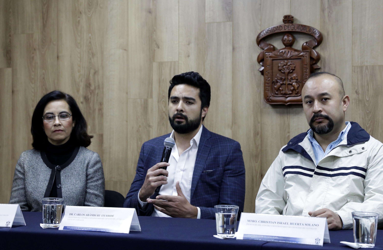 """Investigador del CUCS y líder del proyecto """"Cursalia"""", doctor Carlos Aramburu Iturbide, con micrófono en mano haciendo uso de la voz."""