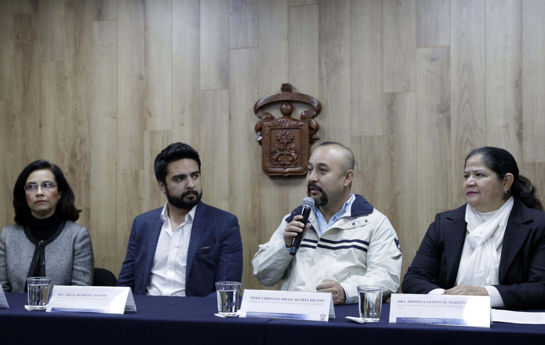 Académico del Centro Universitario de Ciencias de la Salud, maestro Christian Israel Huerta Solano, haciendo uso de la palabra
