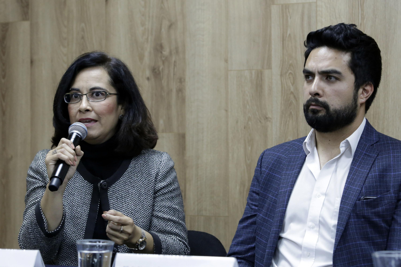 Académica del CUCS, maestra Sara Gutiérrez Cruz, participando en rueda de prensa.