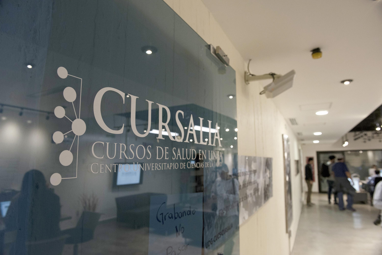 """Vitral con el nombre del proyecto """"Cursalia"""", en las instalaciones del centro universitario."""