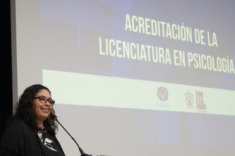 Miembro del estrado participando en la ceremonia de acreditación de la licenciatura en Psicología.