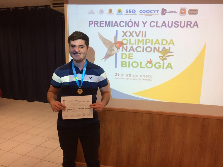 El bachiller sostiene el reconocimiento recibido en la Olimpiada Internacional de Biología