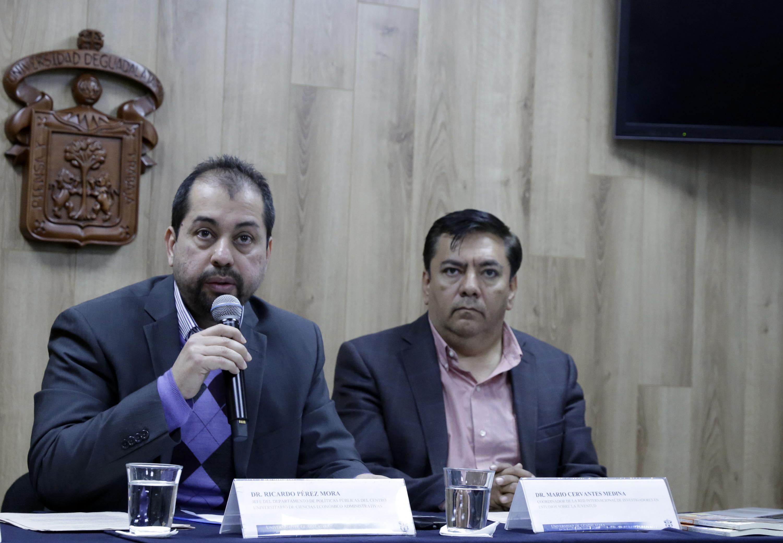 Doctor Ricardo Pérez Mora, haciendo uso de la palabra en rueda de prensa
