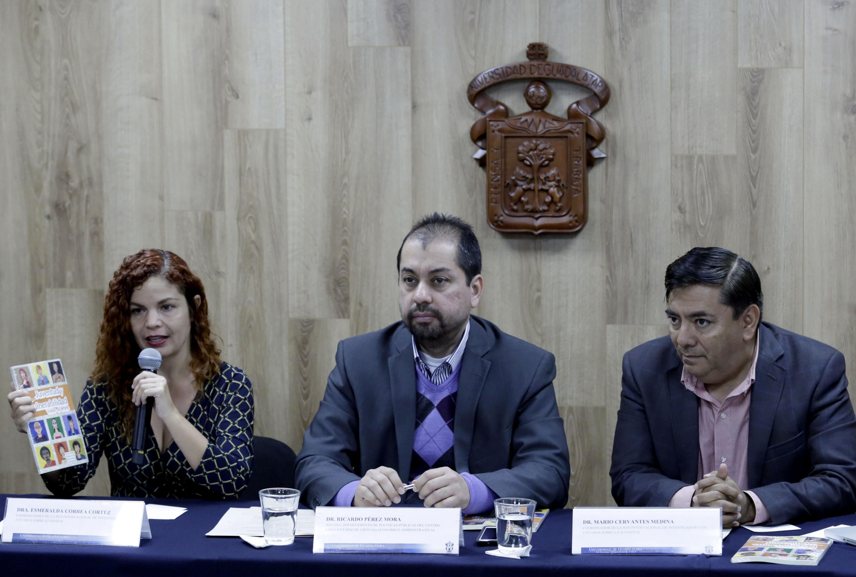 Doctora María Esmeralda Correa Cortés, co-coordinadora de la Red Internacional de Investigadores en Estudios sobre Juventud, del Centro Universitario de Ciencias Económico Administrativas (CUCEA) de la UdeG, haciendo uso de la palabra en rueda de prensa