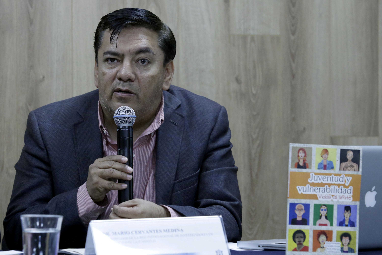 Doctor Mario Cervantes Medina, hablando frente al micrófono en rueda de prensa