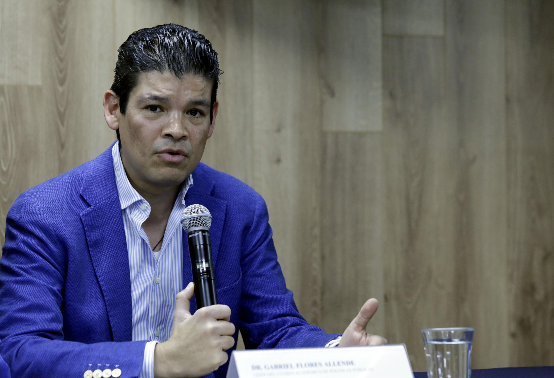Doctor Gabriel Flores Allende, haciendo uso de la palabra en rueda de prensa