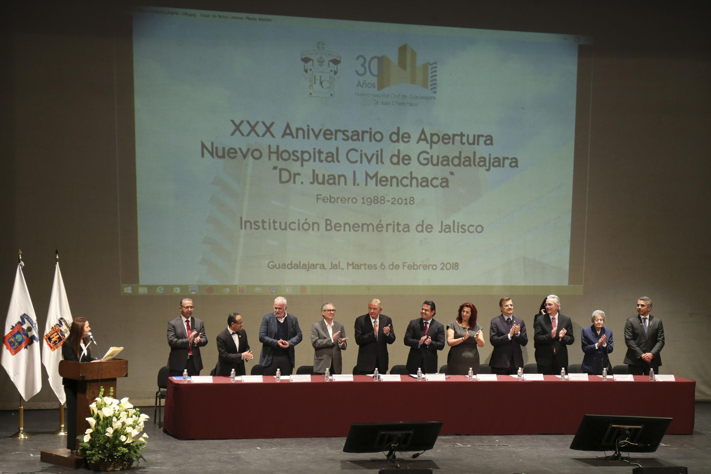 Los 11 integrantes del presidium aplaudiendo
