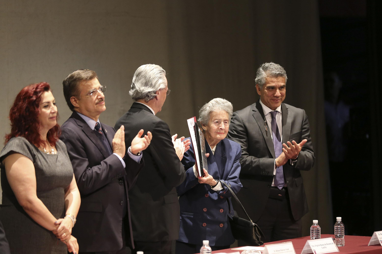 El reconocimiento fue entregado a su esposa, la señora Virginia Baeza de Álvarez del Castillo