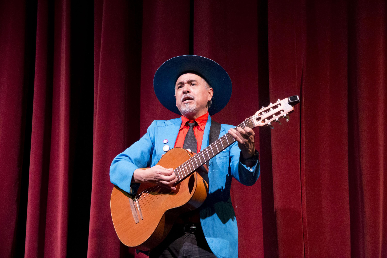Leo Marín toco la guitarra durante la presentación con su vestimenta de escena