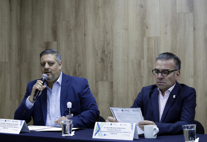 El Dr. Rodriguez hablando al microfono en la mesa de presidium