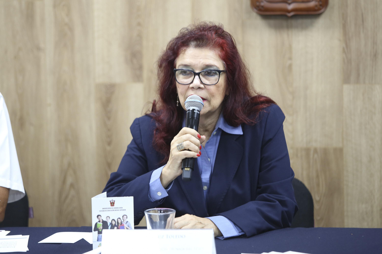 La maestra Luz Toledo habla al micrófono