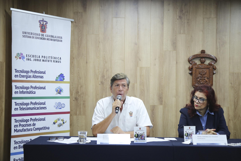 El maestro hablando al microfono durante la rueda de prensa