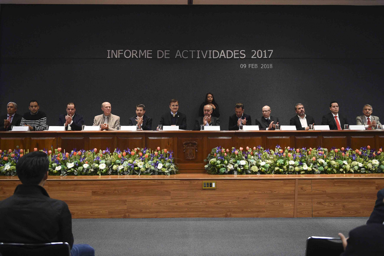Autoridades generales de la Universidad de Guadalajara y del CUCEA, participando en el informe de actividades 2017