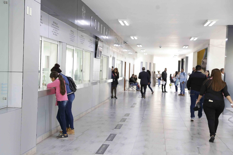 Vista panorámica de las ventanillas de atención y pasillos del área de Control Escolar del centro universitario.