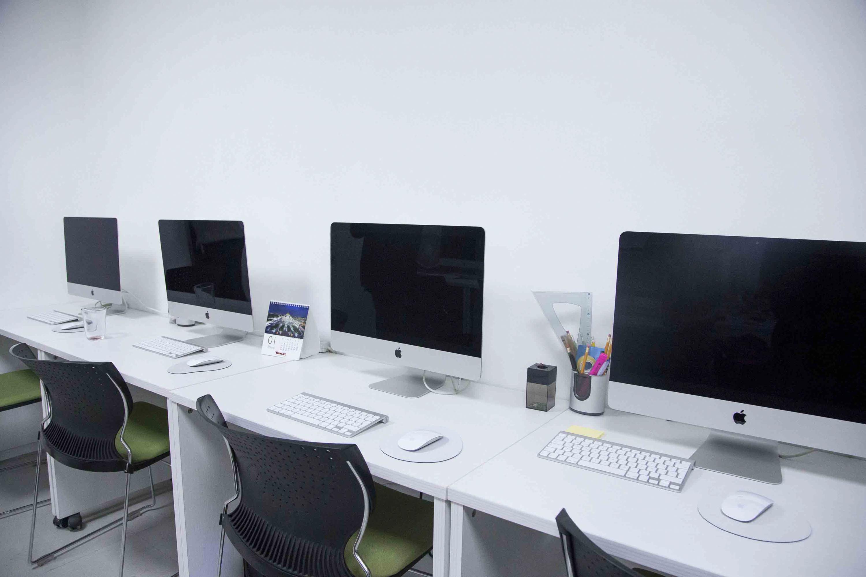 Cuatro equipos de computo, situados en el Laboratorio de Sustentabilidad y Ecología Aplicada del CUCBA.