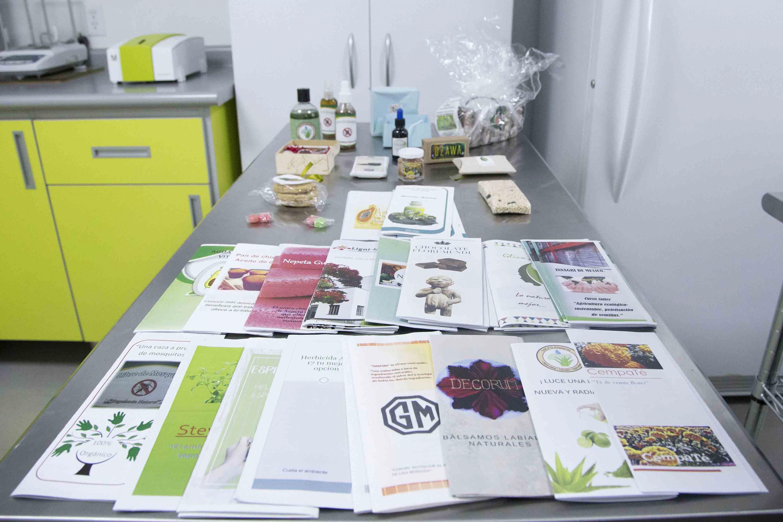 Folletos y muestras del laboratorio, informando sobre cursos actuales y temas de interés.