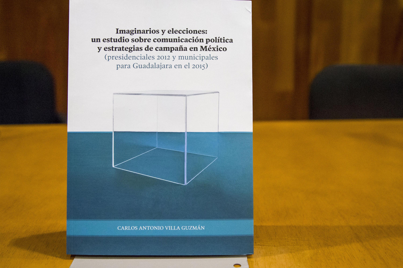 Portada del libro en la mesa de presentación del mismo