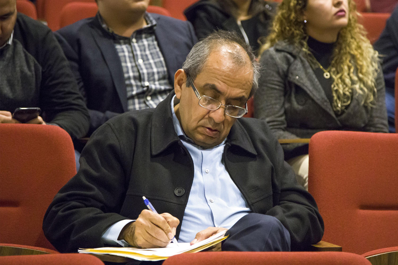 Un hombre que asistio a la presentacion del libro tomando notas en una libreta