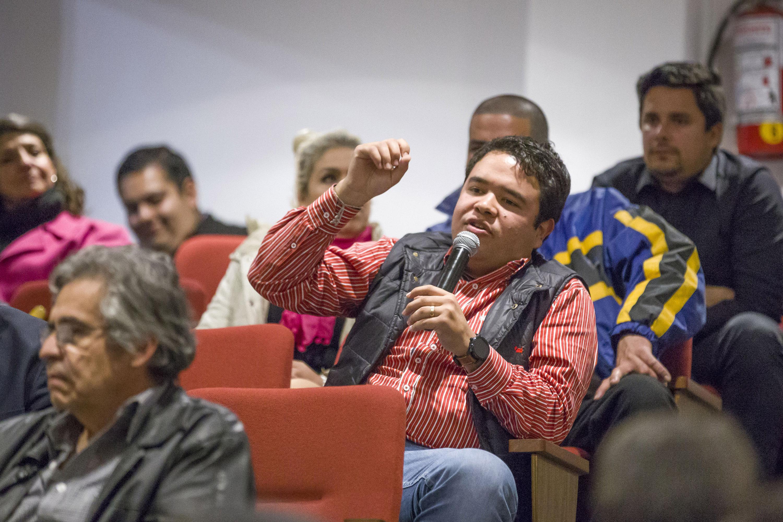 Un joven que asistió a la presentación pregunta al autor
