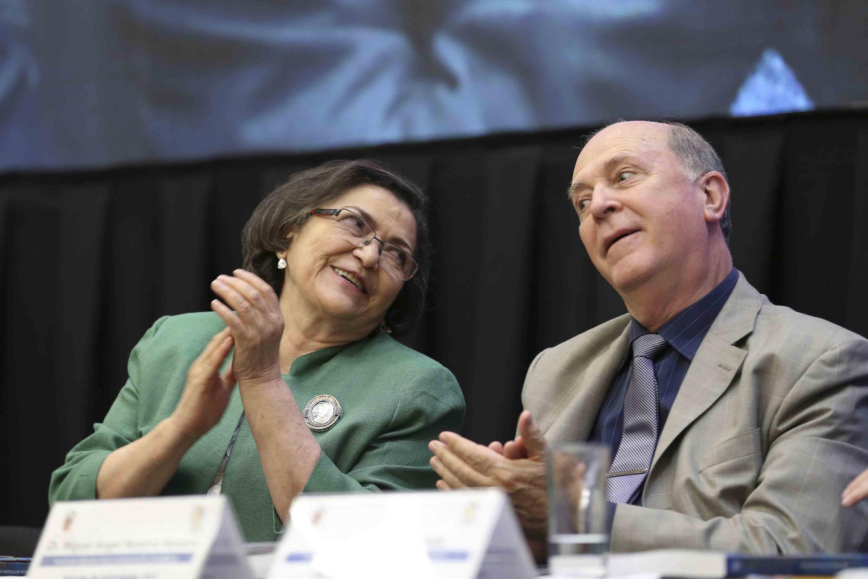 Rectora del CUCEI, doctora Ruth Padilla Muñoz y el Vicerrector Dr. Miguel Ángel Navarro Navarro aplaudiendo durante el informe de actividades
