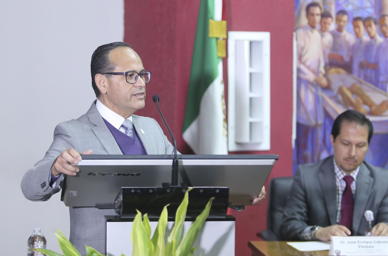 El doctor Pérez hablando desde el podium en el acto académico