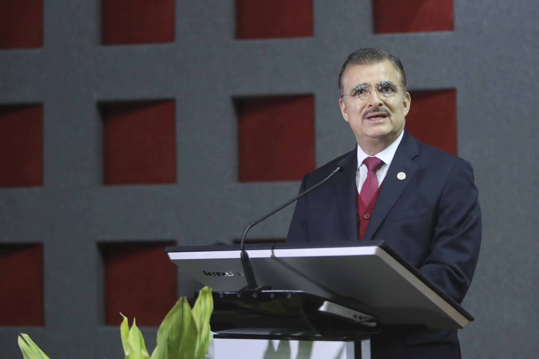 El Rector General hablando desde el podium en el acto académico
