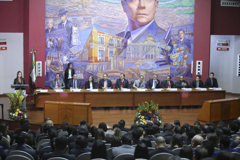 Los 11 integrantes de la mesa presidium en el auditorio del Hospital Civil Nuevo