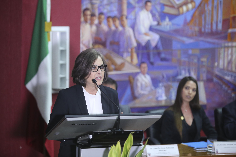 La doctora Morfin Otero hablando desde el podium en el acto académico