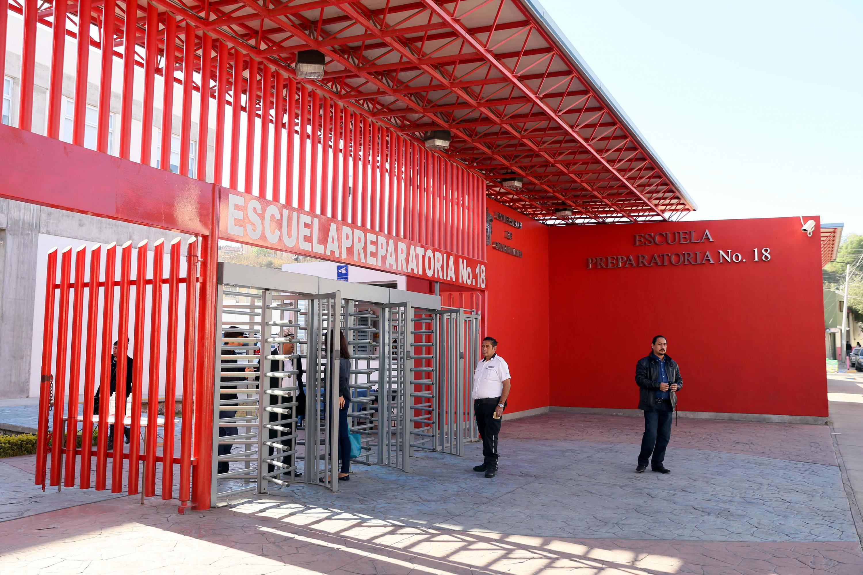 Fachada de la entrada principal de la Preparatoria 18 de la Universidad de Guadalajara.