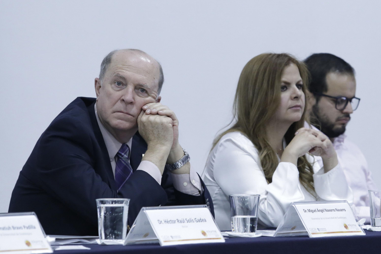 El vicerrector ejecutivo escuchando desde el presidium el informe del doctor Solís Gadea