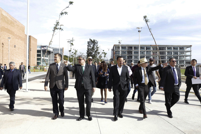 Grupo de autoridades caminando por el paseo de las Jacarandas recien inaugurado