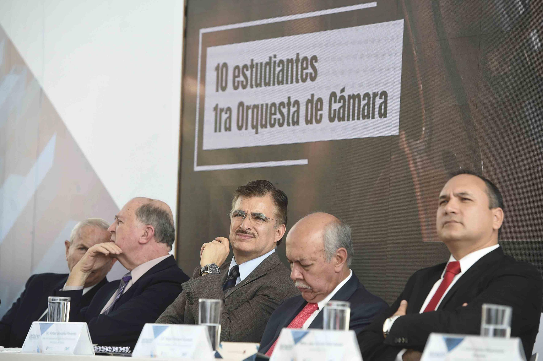 Cinco integrantes de la mesa del presidium escuchan el informe del rector de CUTonalá