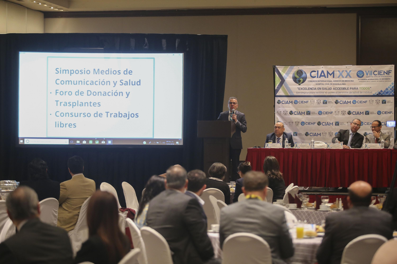 Doctor Francisco M. Preciado Figueroa hablando frente al micrófono en rueda de prensa