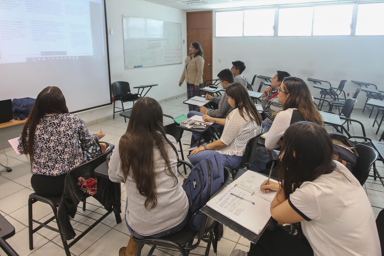 Alumnos de la licenciatura de Comunicación Pública del CUCSH, prestando atención a sus clases.