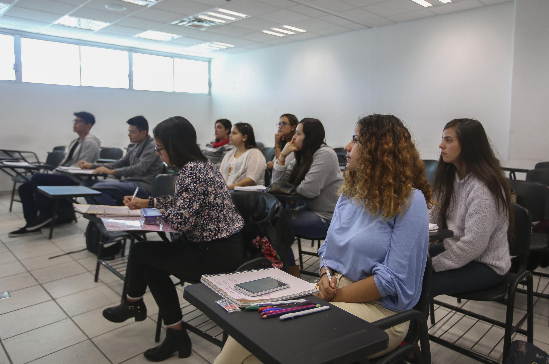 Alumnos de la licenciatura de Comunicación Pública, prestando atención a sus clases.