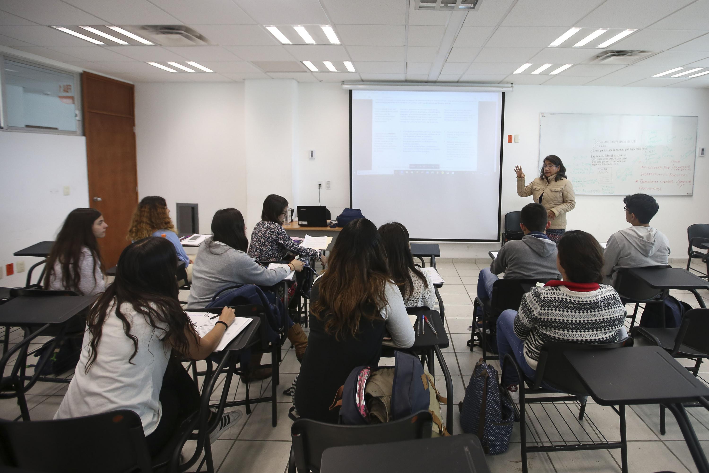 Alumnos de la licenciatura de Comunicación Pública de la Universidad de Guadalajara, recibiendo clases en el aula.