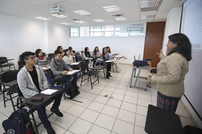 Profesora del Centro Universitario de Ciencias Sociales y Humanidades (CUCSH), impartiendo clase.