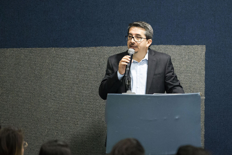 Rector del Centro Universitario de  CUCEA,, maestro Alberto Castellanos Gutiérrez, haciendo uso de la palabra en la inauguración de Coloquio