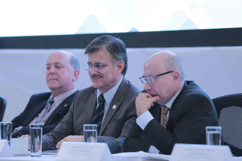 Rector General de la Universidad de Guadalajara, maestro Itzcóatl Tonatiuh Bravo Padilla; acompañado por el Vicerrector Ejecutivo y el Secretario General.