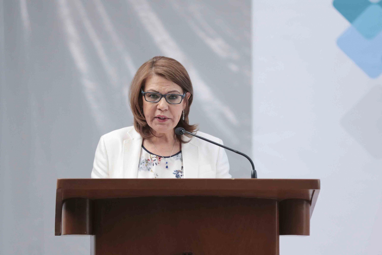 Rectora del Sistema de Universidad Virtual, doctora María Esther Avelar Álvarez, en podium del evento, rindiendo su  Informe de Actividades 2017.